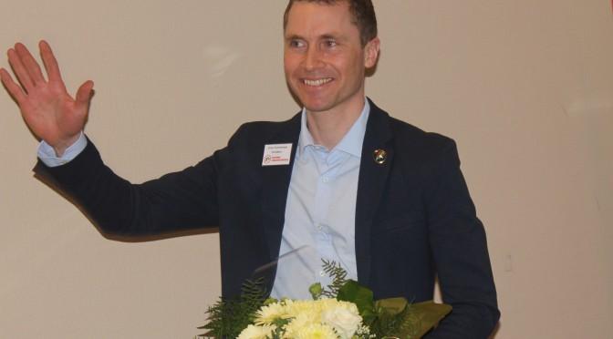 Einar takkes av med velfortjente blomster. Foto Ivar Haugen